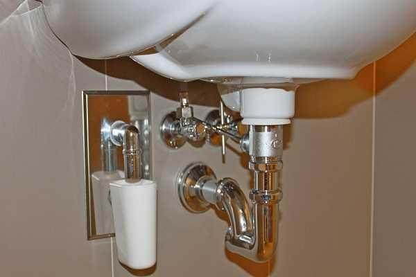 Установка сифона на ванну и на кухне